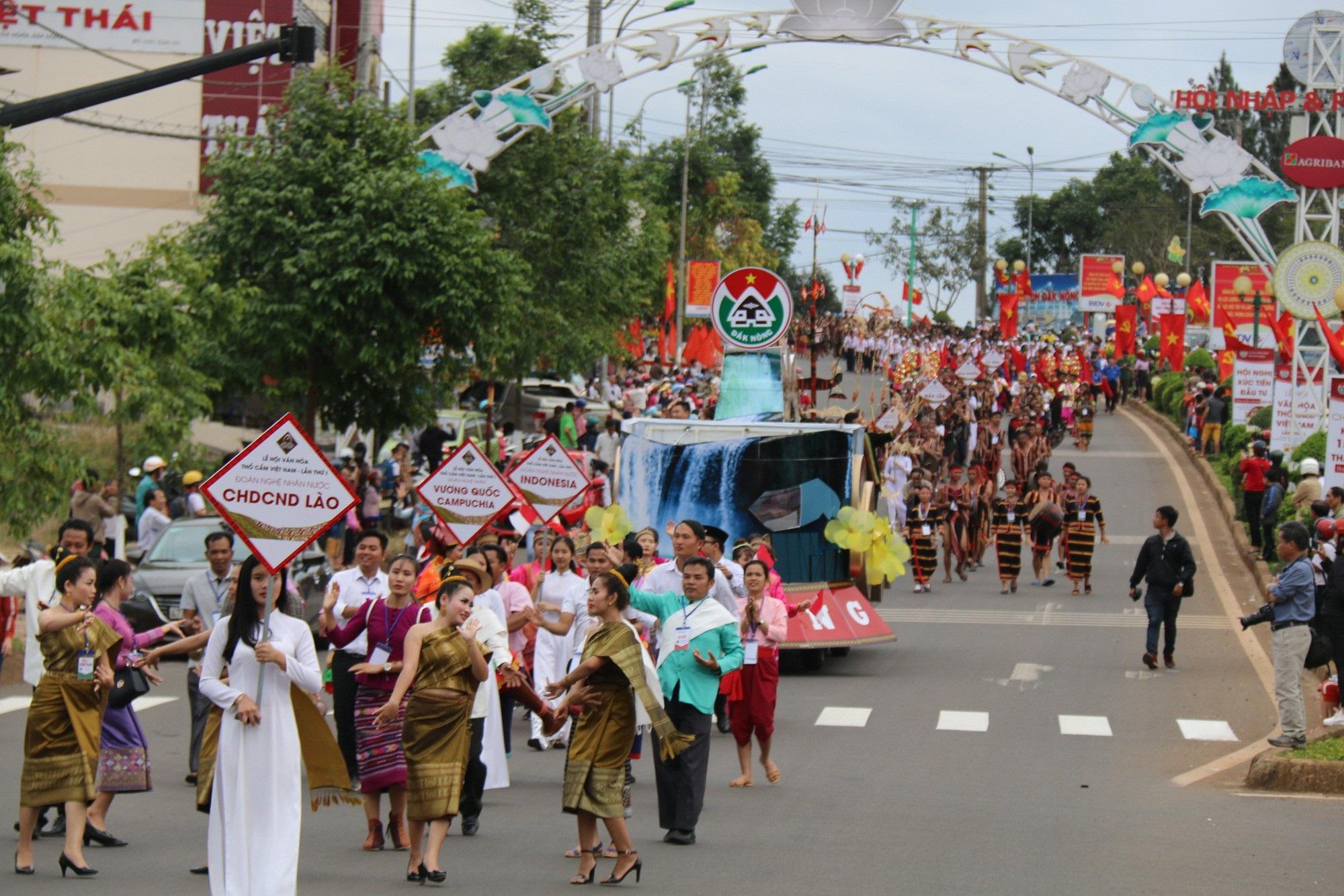 """Người dân đổ ra đường theo dõi """"con đường thổ cẩm"""" lớn nhất Đắk Nông - Ảnh 2."""