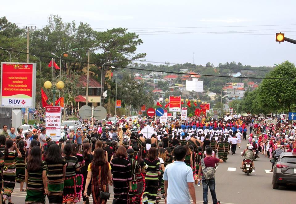"""Người dân đổ ra đường theo dõi """"con đường thổ cẩm"""" lớn nhất Đắk Nông - Ảnh 8."""