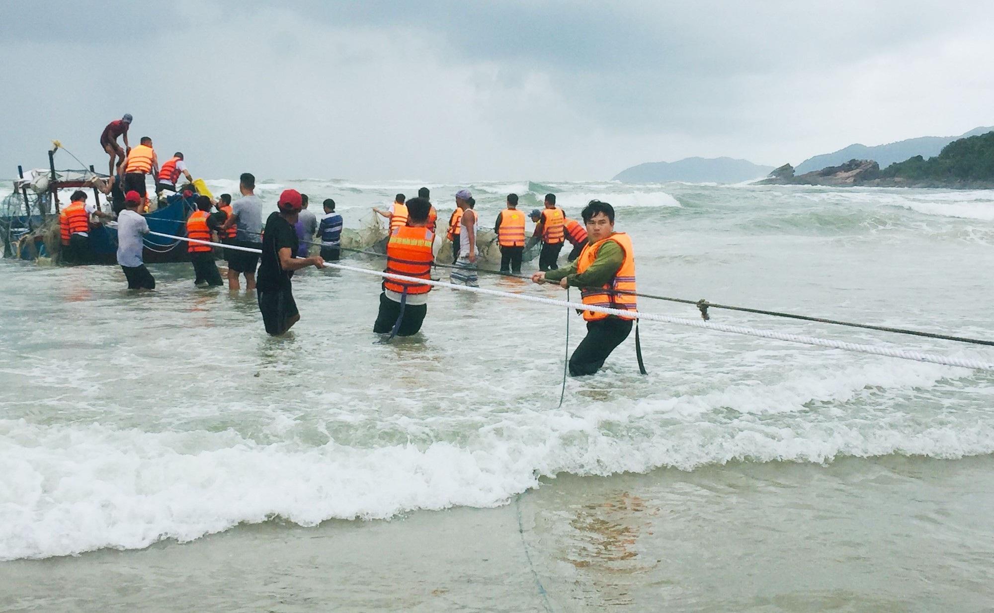2 ngư dân đi trên ghe bị sóng biển đánh chìm - Ảnh 1.