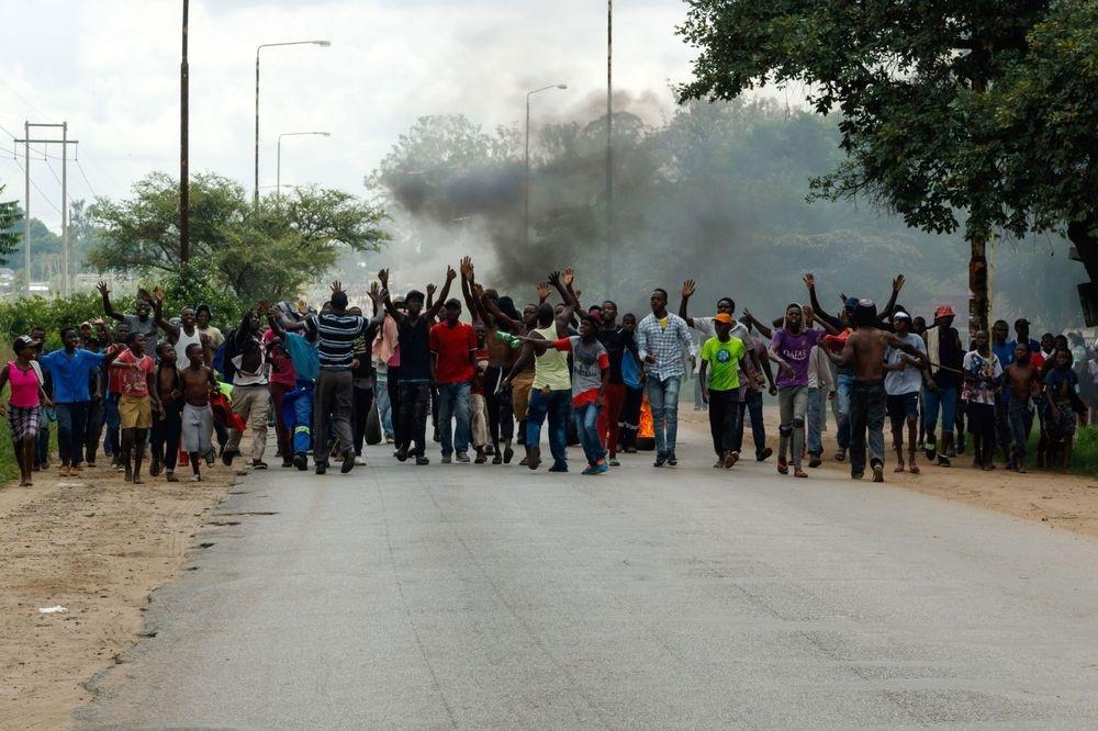 Dân Zimbabwe quay cuồng vì nền kinh tế sắp sụp đổ - Ảnh 1.