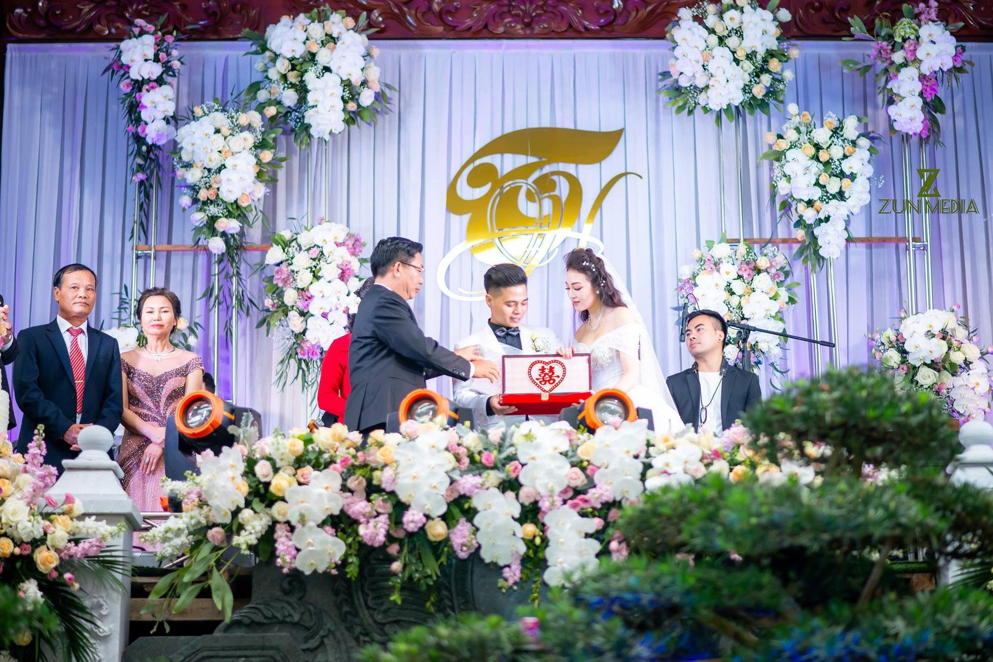 Cô dâu đeo vàng trĩu cổ ở lâu đài Nam Định: Bố mẹ cho 200 cây vàng và 2 bìa đỏ - Ảnh 9.