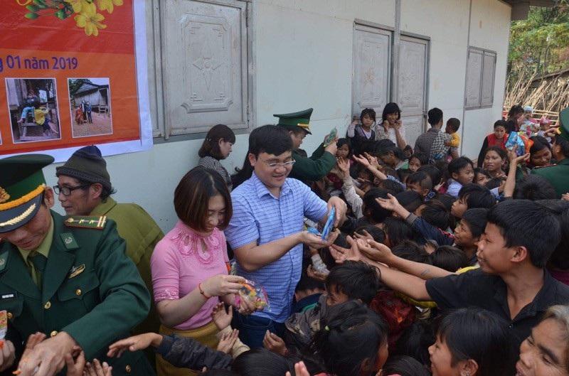 Quảng Bình: Hàng trăm suất quà Tết đến với học sinh và đồng bào dân tộc - Ảnh 2.