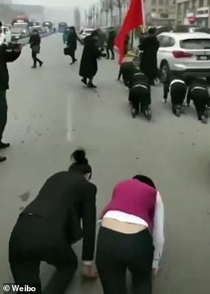 Công ty Trung Quốc phạt nữ nhân viên bò trên đường vì không đạt chỉ tiêu - Ảnh 2.