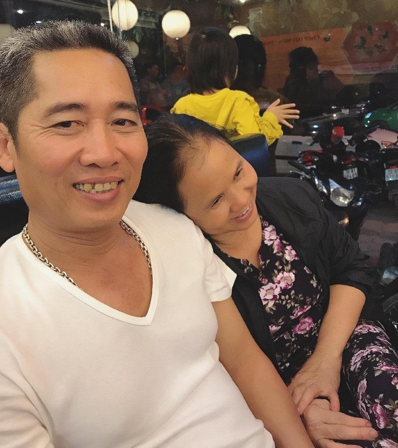 Câu chuyện cảm động sau bức ảnh người chồng ân cần sấy tóc cho vợ - Ảnh 2.
