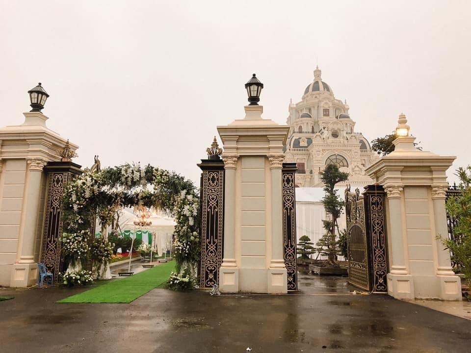 Cô dâu đeo vàng trĩu cổ ở lâu đài Nam Định: Bố mẹ cho 200 cây vàng và 2 bìa đỏ - Ảnh 1.
