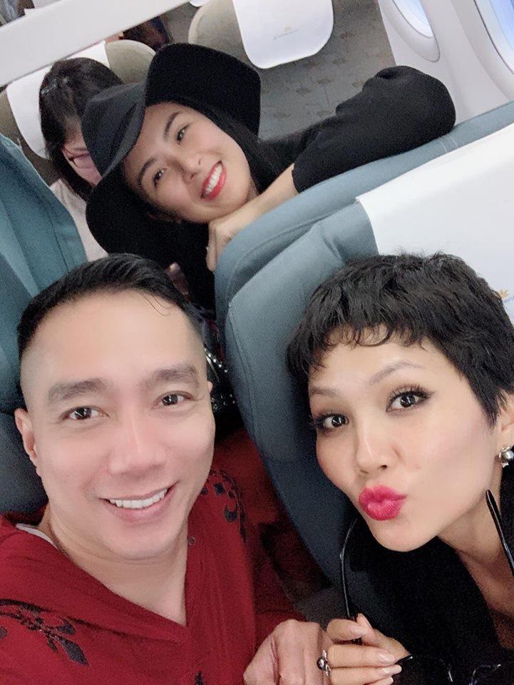 NTK Đỗ Trịnh Hoài Nam hội ngộ Hoa hậu Ngọc Hân, H'Hen Niê - Ảnh 2.