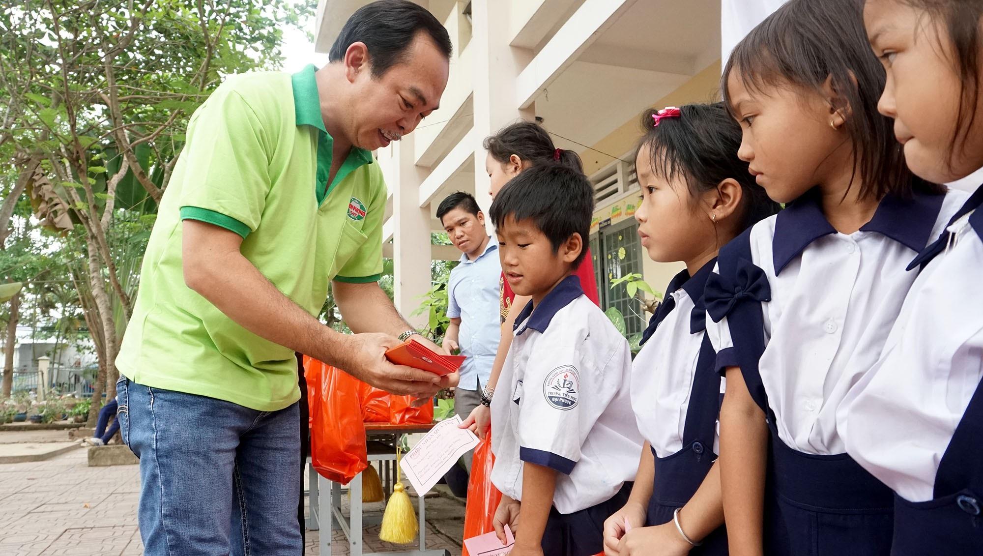 """Báo Dân trí đem """"Xuân Ấm Áp"""" đến với học sinh, giáo viên và người dân nghèo tỉnh Đồng Nai - Ảnh 4."""