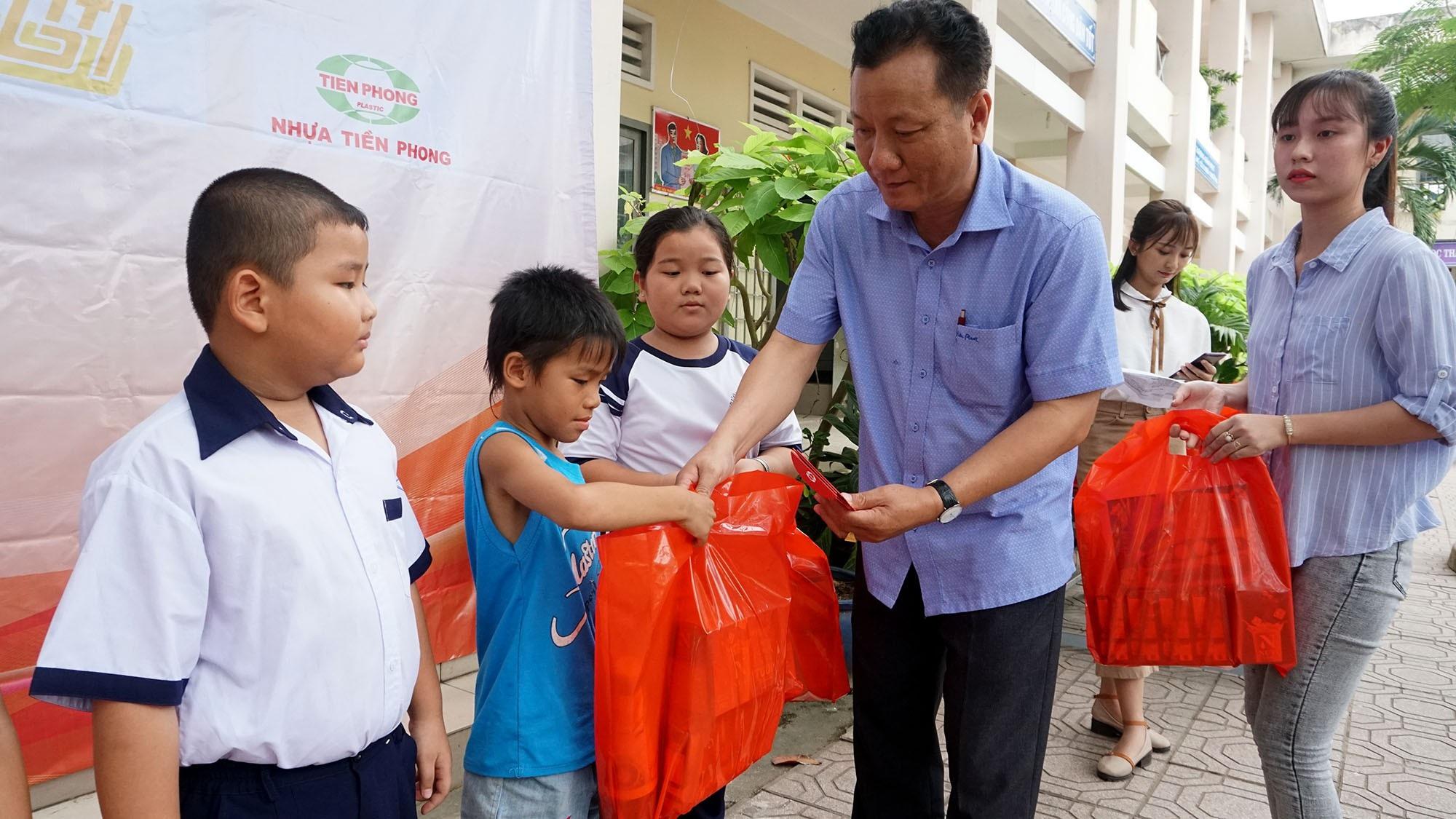 """Báo Dân trí đem """"Xuân Ấm Áp"""" đến với học sinh, giáo viên và người dân nghèo tỉnh Đồng Nai - Ảnh 6."""