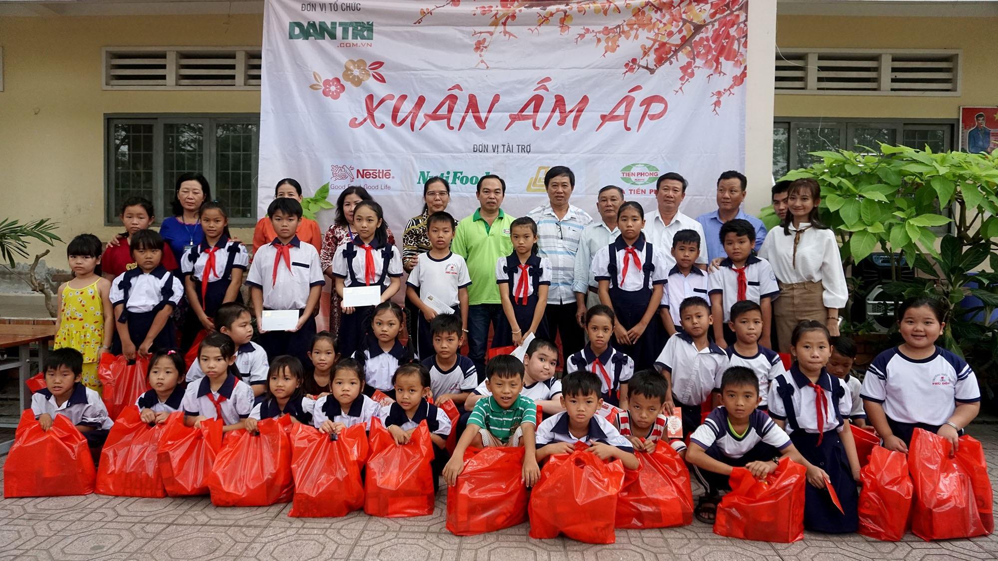 """Báo Dân trí đem """"Xuân Ấm Áp"""" đến với học sinh, giáo viên và người dân nghèo tỉnh Đồng Nai - Ảnh 7."""