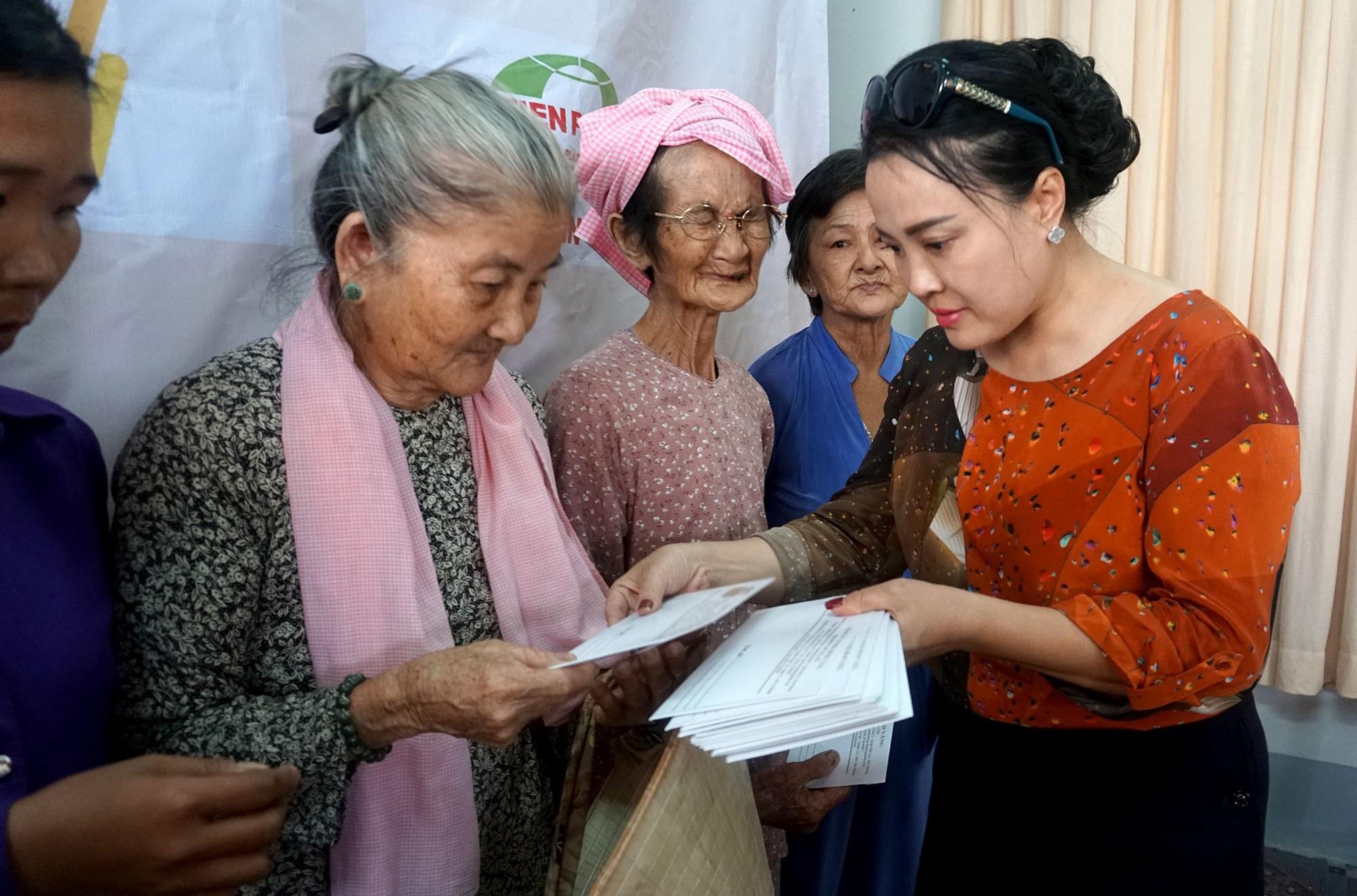 """Báo Dân trí đem """"Xuân Ấm Áp"""" đến với học sinh, giáo viên và người dân nghèo tỉnh Đồng Nai - Ảnh 8."""