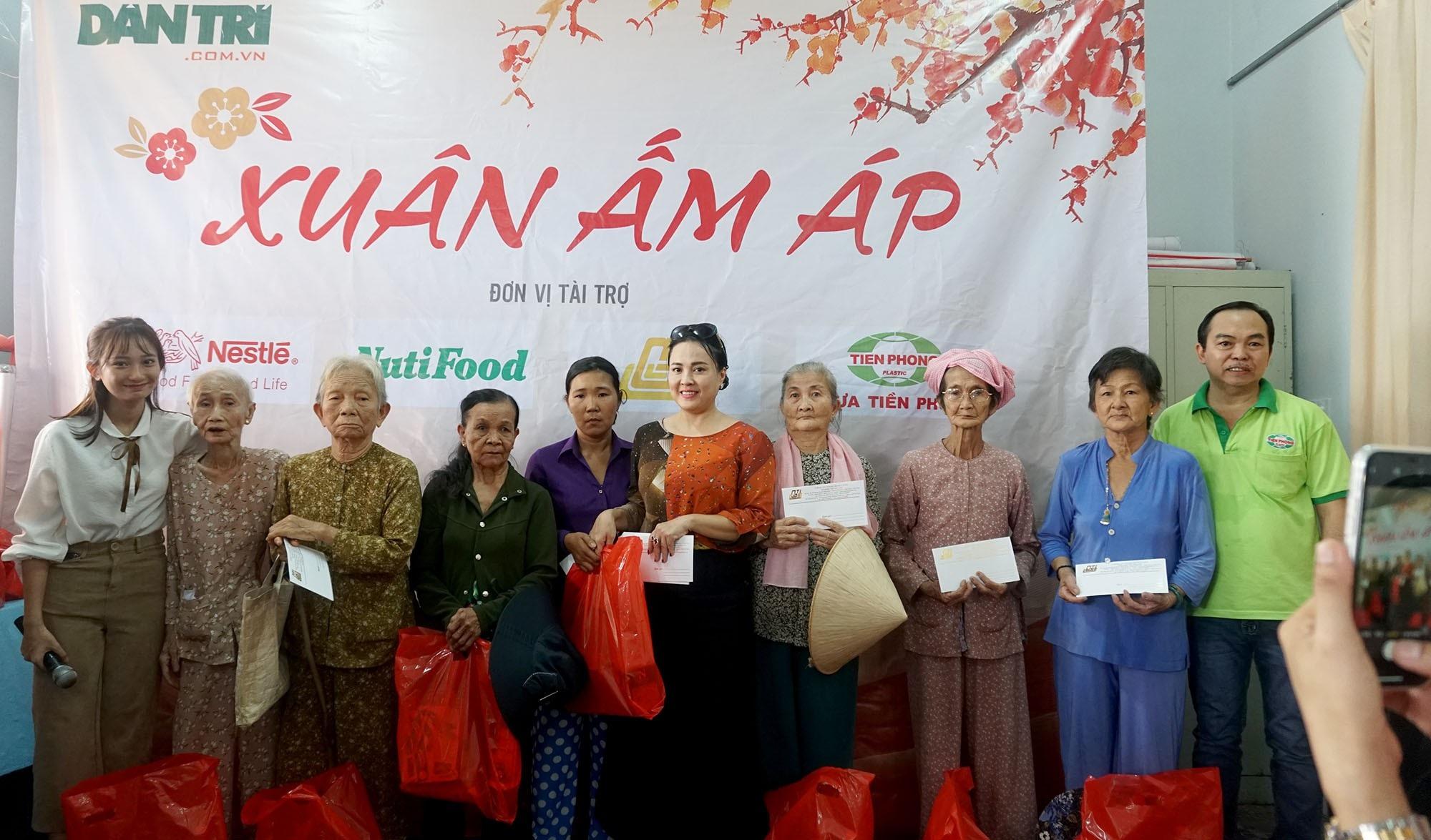 """Báo Dân trí đem """"Xuân Ấm Áp"""" đến với học sinh, giáo viên và người dân nghèo tỉnh Đồng Nai - Ảnh 11."""