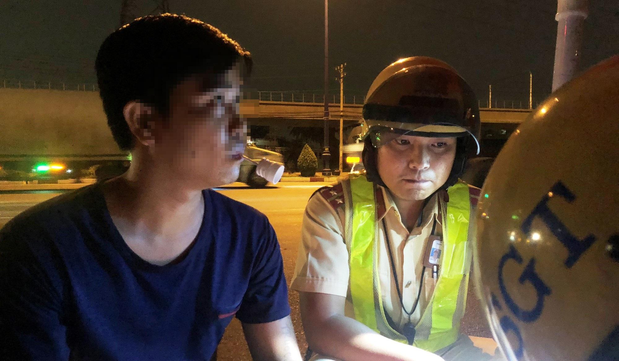 """Các tài xế đồng loạt """"thử"""" nồng độ cồn ở cửa ngõ Sài Gòn - Ảnh 5."""