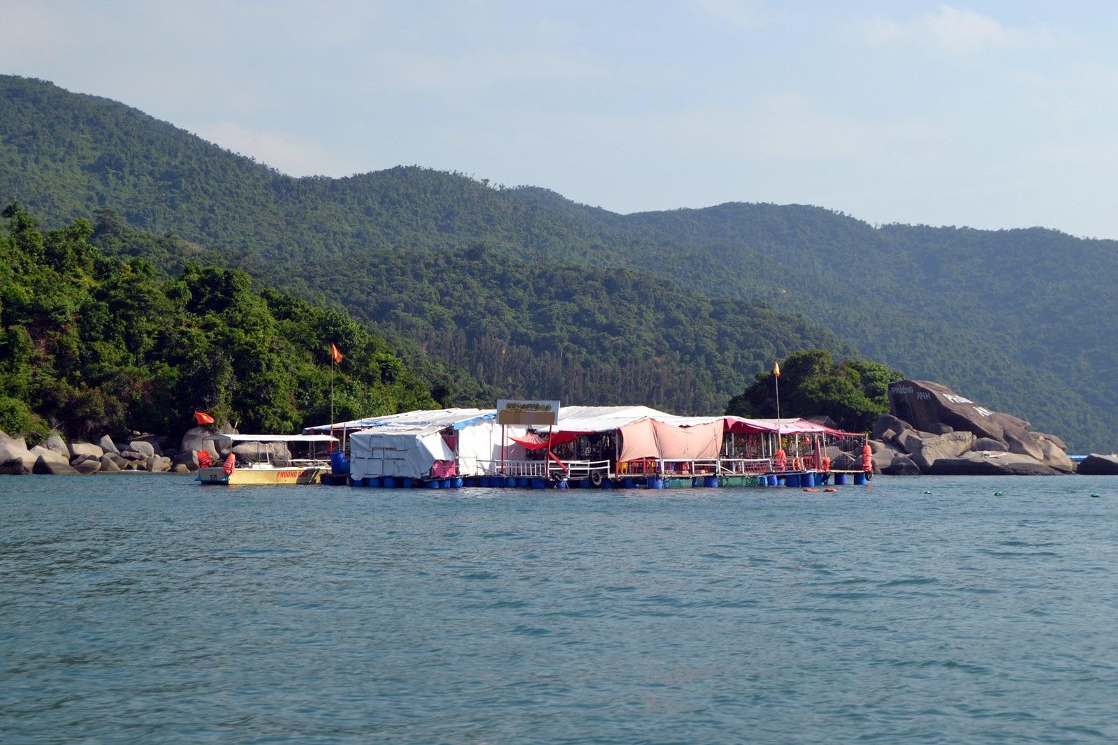 Phú Yên: Sắp xếp bè nổi phục vụ ăn uống tại các khu du lịch vào bờ trước Tết - Ảnh 1.