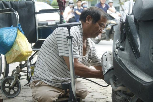 Người đàn ông cụt hai chân vẫn đi sửa xe khắp phố - Ảnh 3.