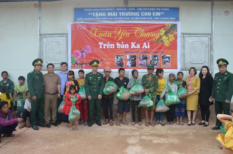 Quảng Bình: Hàng trăm suất quà Tết đến với học sinh và đồng bào dân tộc - Ảnh 1.