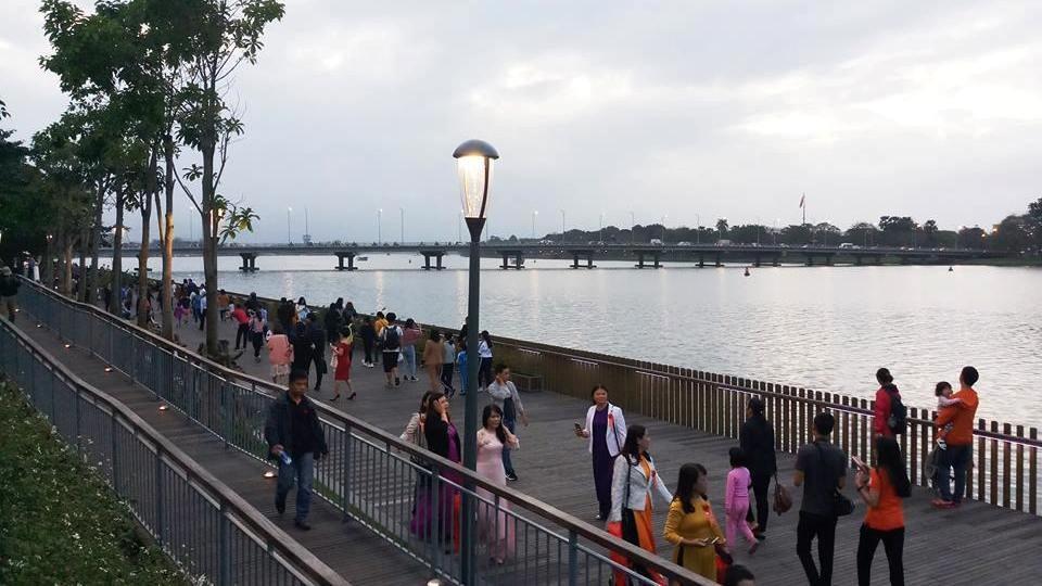 Thích thú với đường đi bộ bên sông Hương tuyệt đẹp về đêm - Ảnh 3.