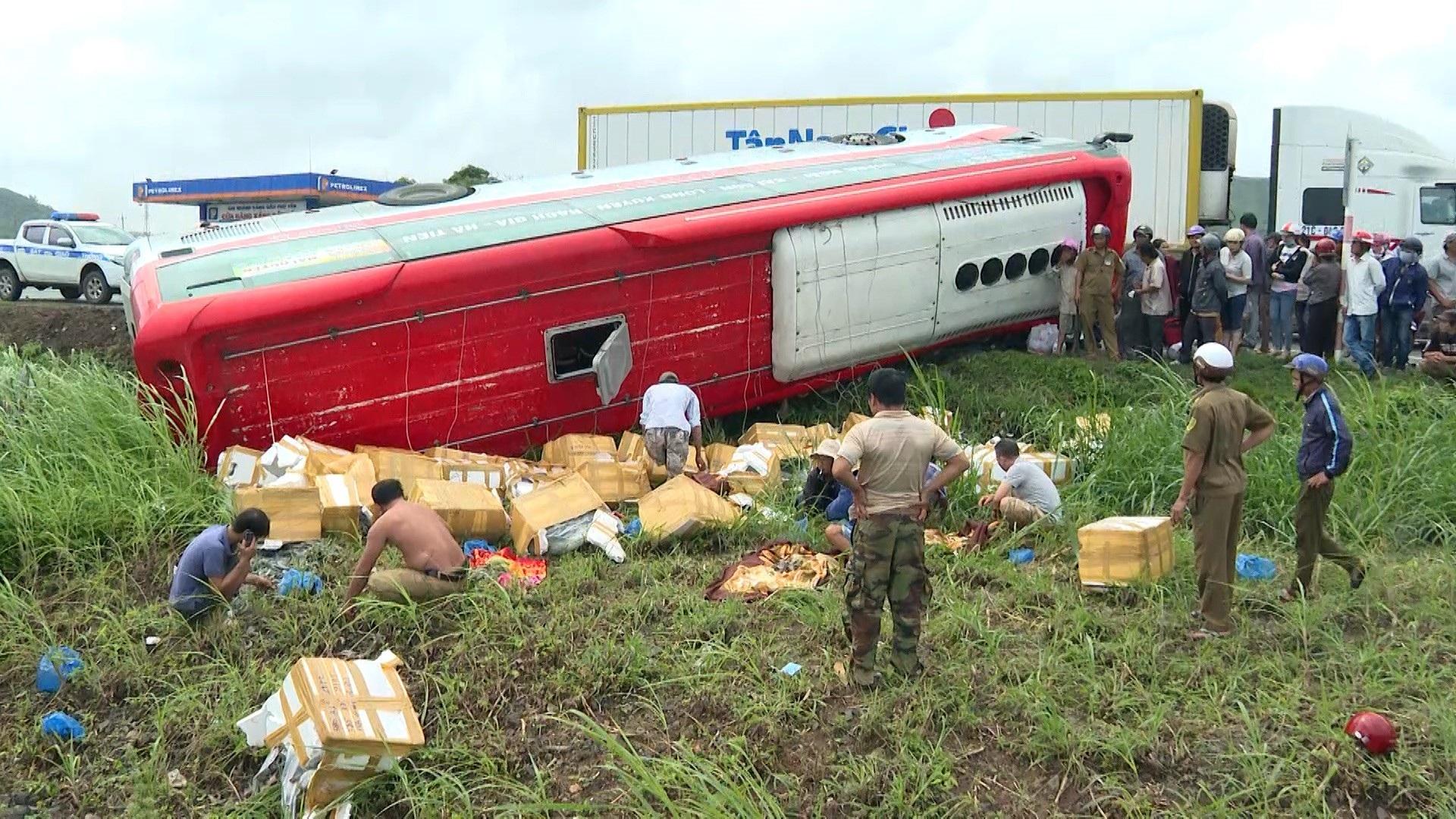 Xe khách lật nhào, 2 người bị thương nặng - Ảnh 4.
