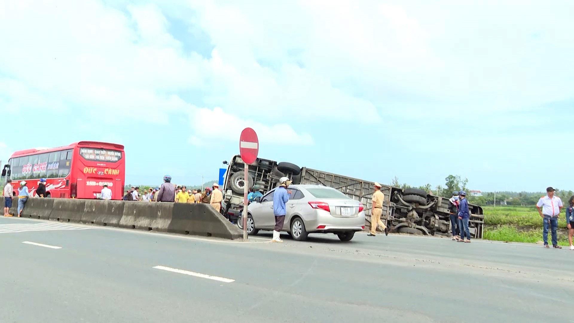 Xe khách lật nhào, 2 người bị thương nặng - Ảnh 2.