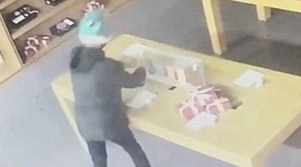 Chết cười cảnh tên trộm đột nhập vào cửa hàng smartphone... mô hình - Ảnh 1.