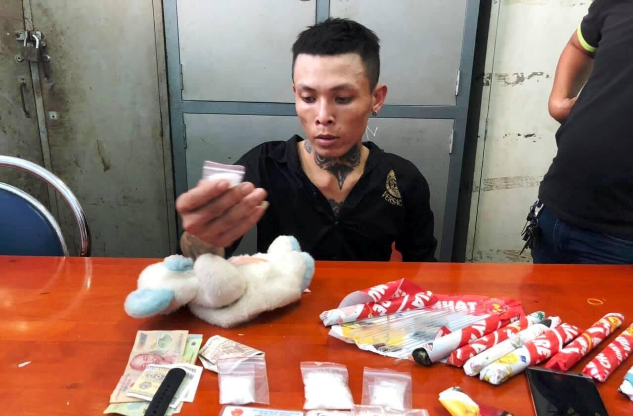 """Cảnh sát phá """"bí mật"""" trong con gấu bông của gã thanh niên ở cửa ngõ Sài Gòn - Ảnh 2."""