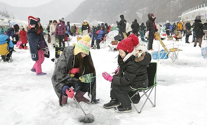 """Bất chấp cái lạnh dưới 0 độ C, du khách vẫn """"đổ xô"""" đập vỡ băng để câu cá - Ảnh 5."""