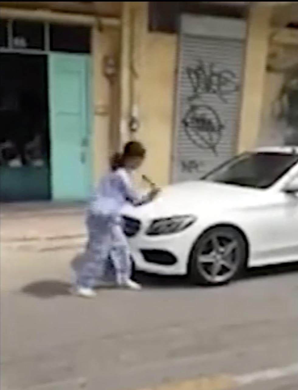 Người phụ nữ cầm búa đập xe Mercedes-Benz nói gì? - Ảnh 1.