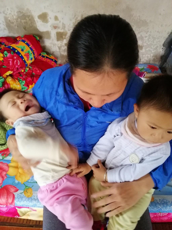 Quặn thắt bé 13 tháng tuổi giàn giụa nước mắt vì đau nhưng không có tiền đến viện - Ảnh 6.