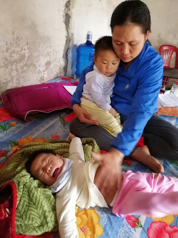 Quặn thắt bé 13 tháng tuổi giàn giụa nước mắt vì đau nhưng không có tiền đến viện - Ảnh 5.