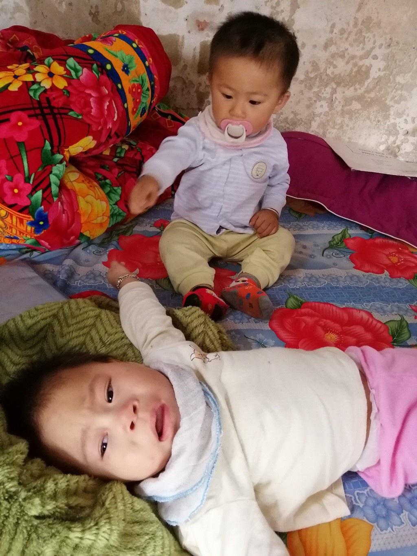 Quặn thắt bé 13 tháng tuổi giàn giụa nước mắt vì đau nhưng không có tiền đến viện - Ảnh 3.