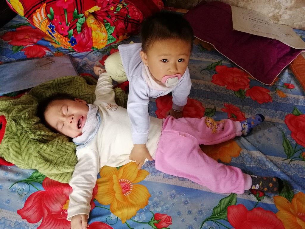 Quặn thắt bé 13 tháng tuổi giàn giụa nước mắt vì đau nhưng không có tiền đến viện - Ảnh 2.