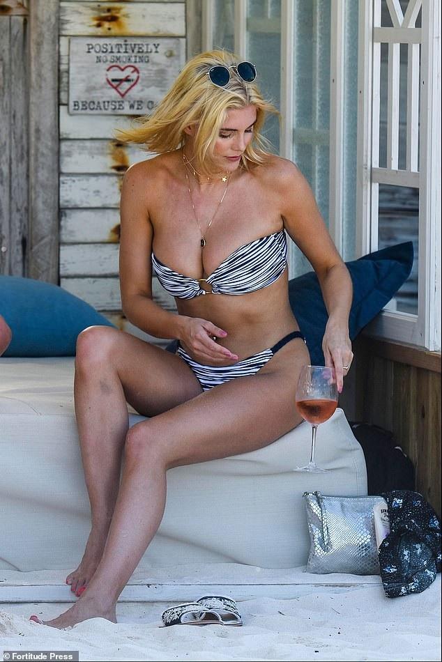 Ashley James khoe ngực căng tròn - Ảnh 2.