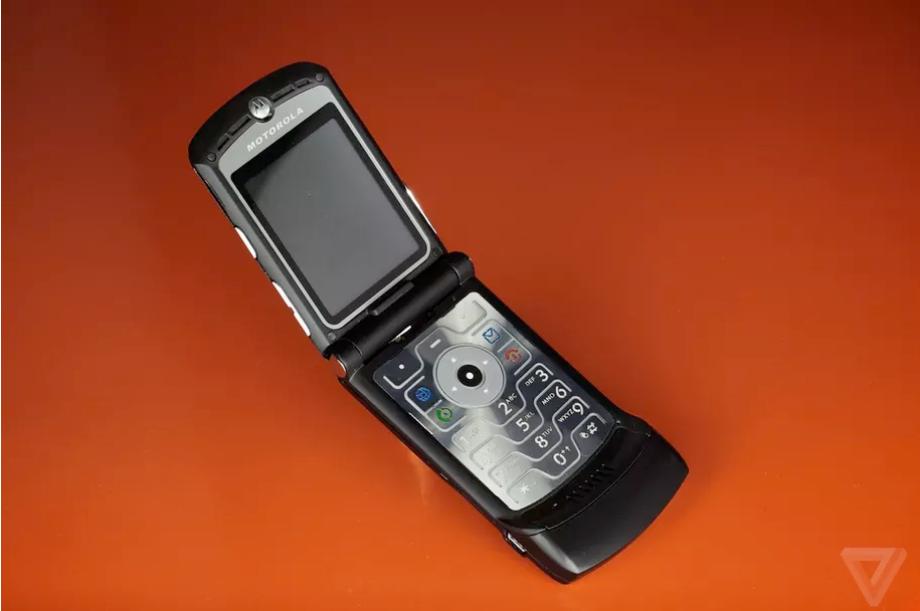 Huyền thoại Motorola RAZR quay lại với màn hình gập, giá 1.500 USD - Ảnh 1.