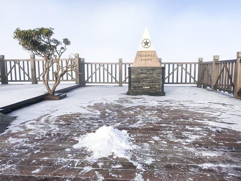 Fansipan lúc mờ sáng: Trắng xoá băng tuyết - Ảnh 10.