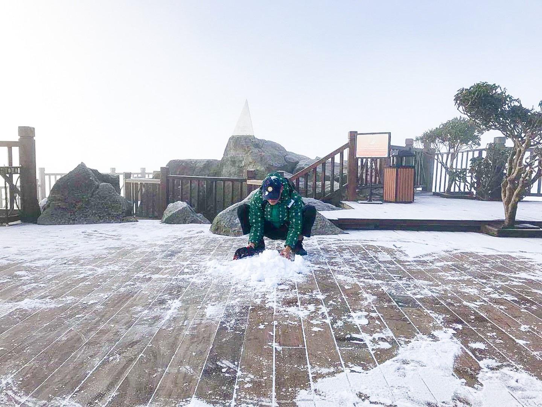 Fansipan lúc mờ sáng: Trắng xoá băng tuyết - Ảnh 7.