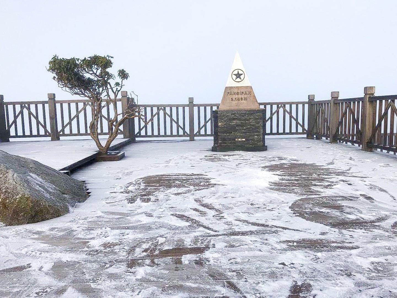 Fansipan lúc mờ sáng: Trắng xoá băng tuyết - Ảnh 4.