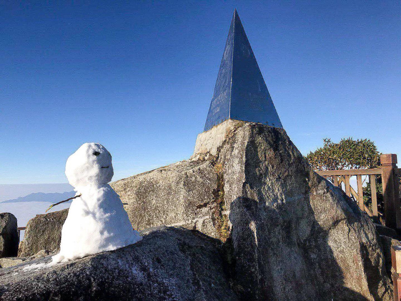 Fansipan lúc mờ sáng: Trắng xoá băng tuyết - Ảnh 8.