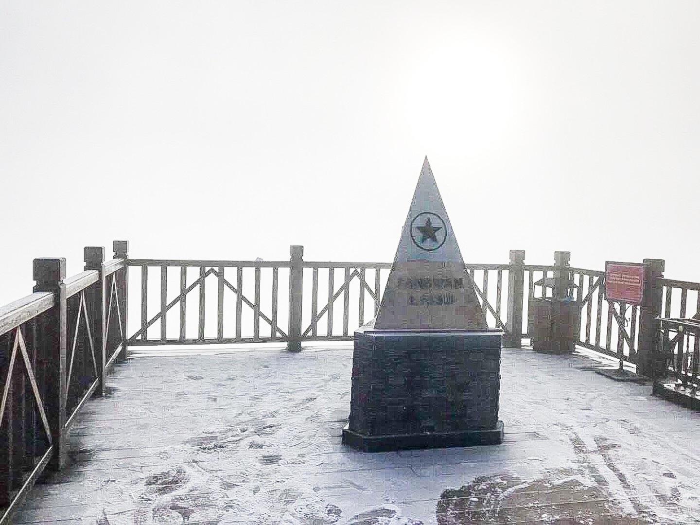 Fansipan lúc mờ sáng: Trắng xoá băng tuyết - Ảnh 3.