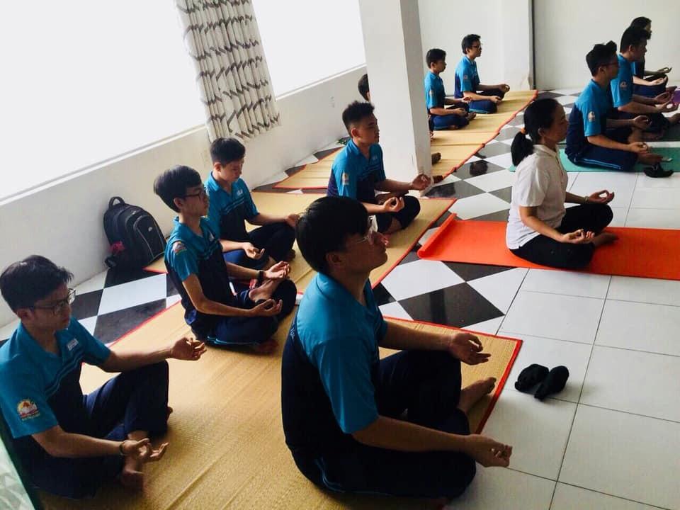 Trường THPT đưa Yoga vào thời khóa biểu chính thức lớp 12 - Ảnh 2.