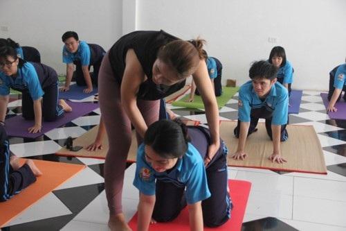 Trường THPT đưa Yoga vào thời khóa biểu chính thức lớp 12 - Ảnh 1.