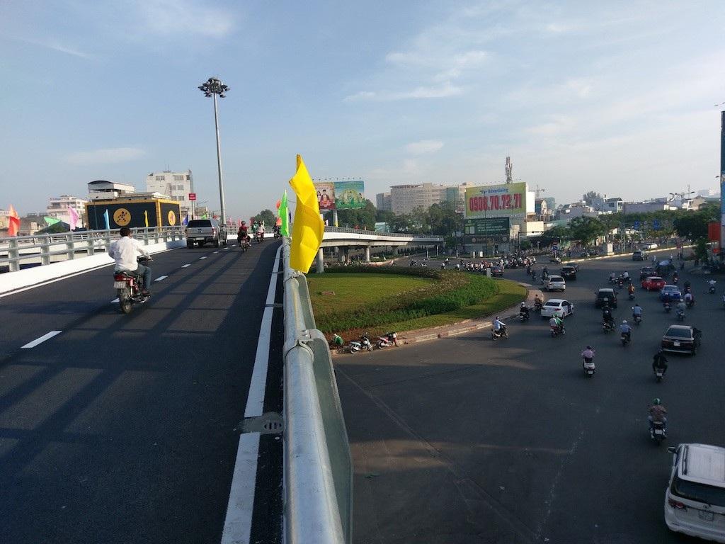 """Thông xe cầu vượt chữ N """"giải cứu"""" sân bay Tân Sơn Nhất - Ảnh 1."""