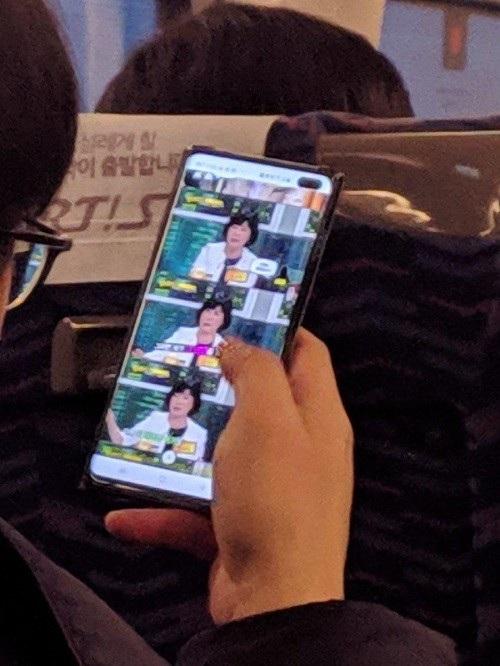 Chưa ra mắt, Galaxy S10+ bị bắt quả tang nơi công cộng - Ảnh 1.