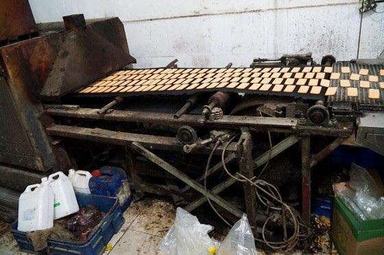 Đột kích dây chuyền làm bánh kẹo bẩn siêu rẻ ở ngoại thành Hà Nội - Ảnh 3.