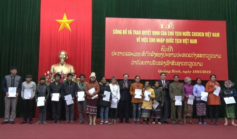 18 công dân Lào được cấp quốc tịch Việt Nam - Ảnh 2.
