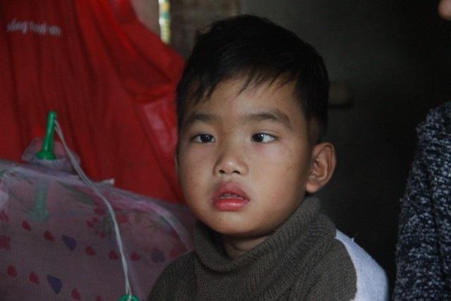 Trao hơn 70 triệu đồng đến cháu bé 8 tuổi mắc bệnh u não - Ảnh 3.