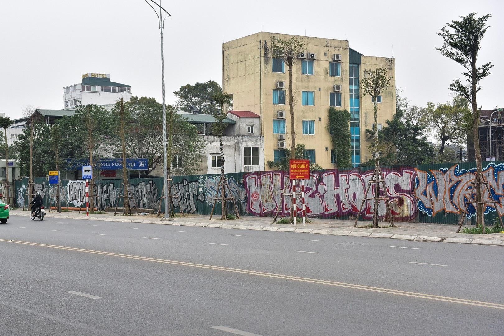 Vẽ graffiti kín tuyến đường tiền tỷ mới mở rộng ở Hà Nội - Ảnh 12.