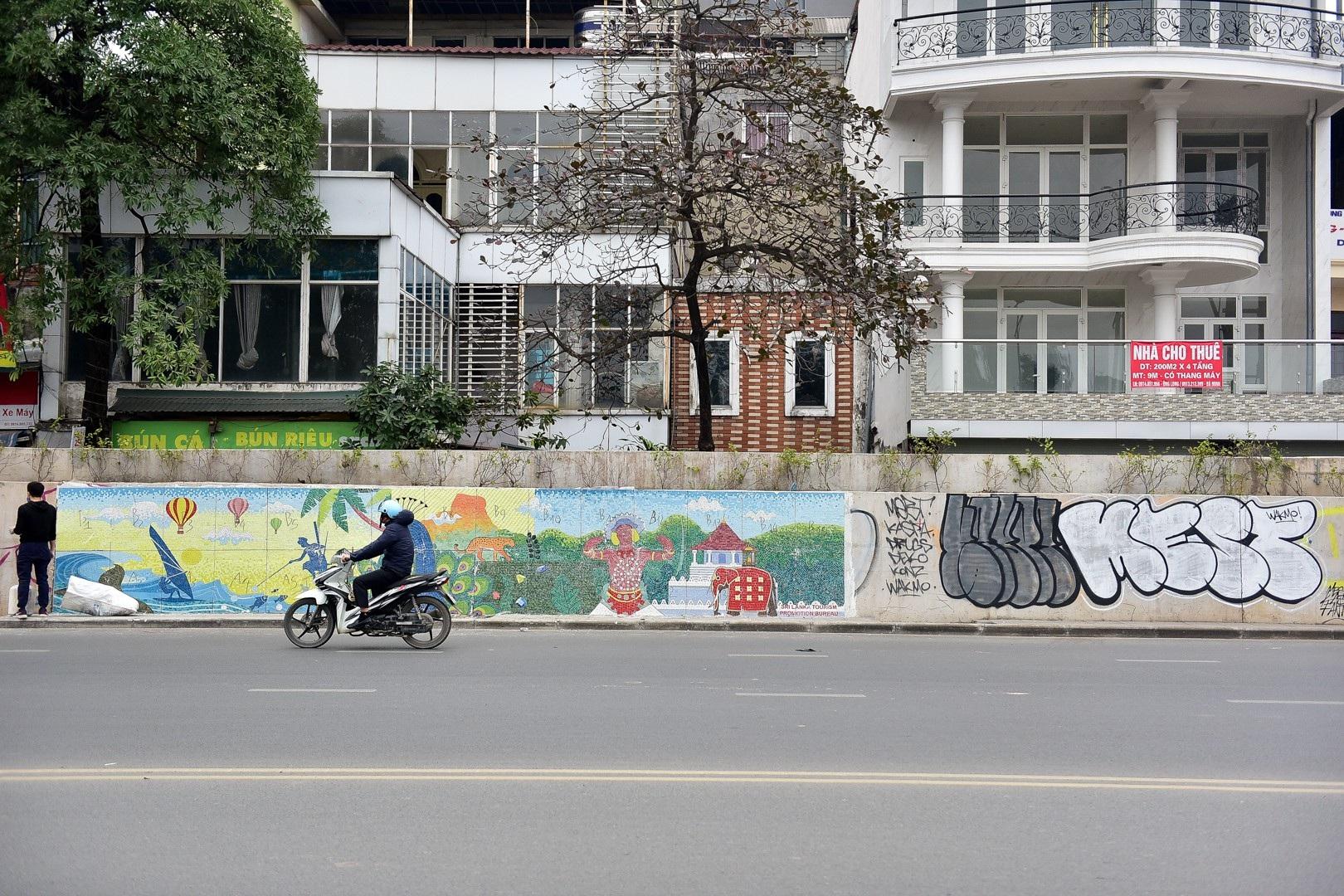 Vẽ graffiti kín tuyến đường tiền tỷ mới mở rộng ở Hà Nội - Ảnh 11.