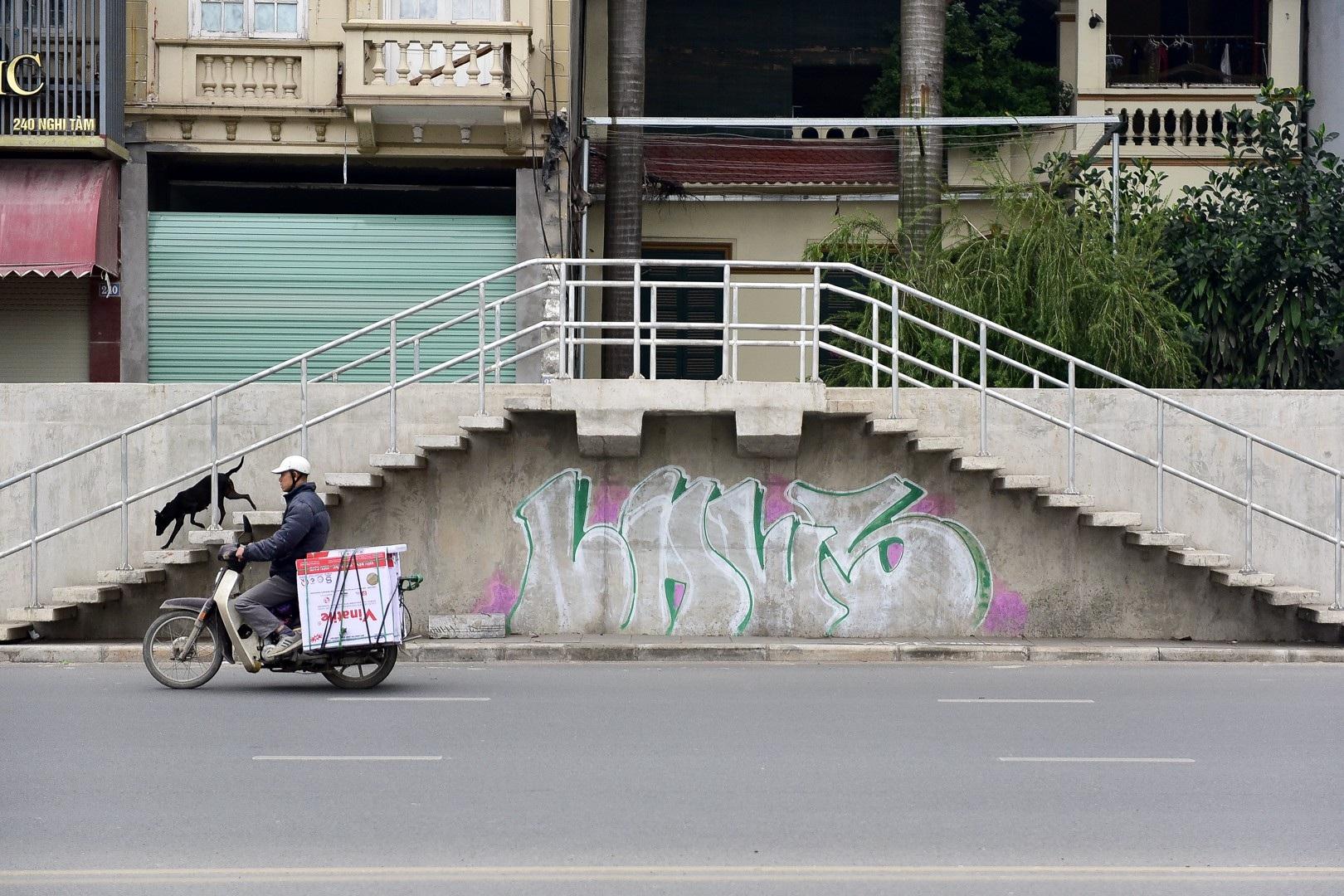 Vẽ graffiti kín tuyến đường tiền tỷ mới mở rộng ở Hà Nội - Ảnh 10.