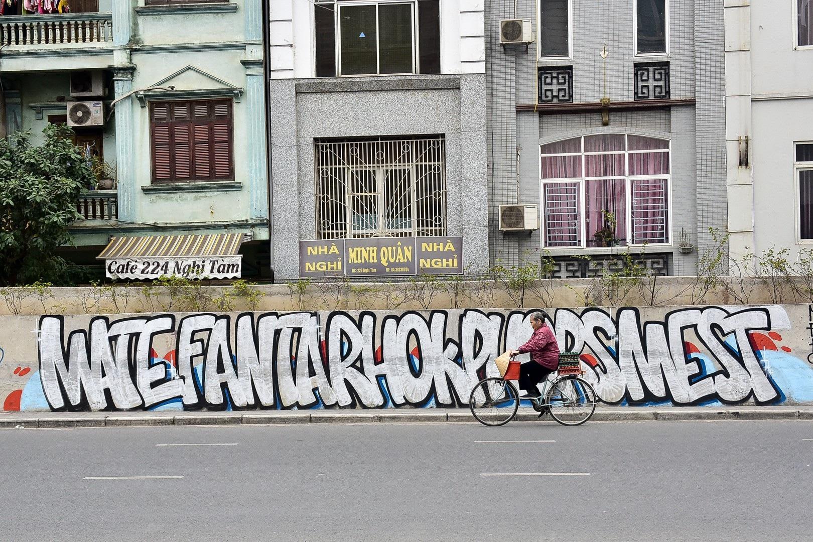 Vẽ graffiti kín tuyến đường tiền tỷ mới mở rộng ở Hà Nội - Ảnh 8.