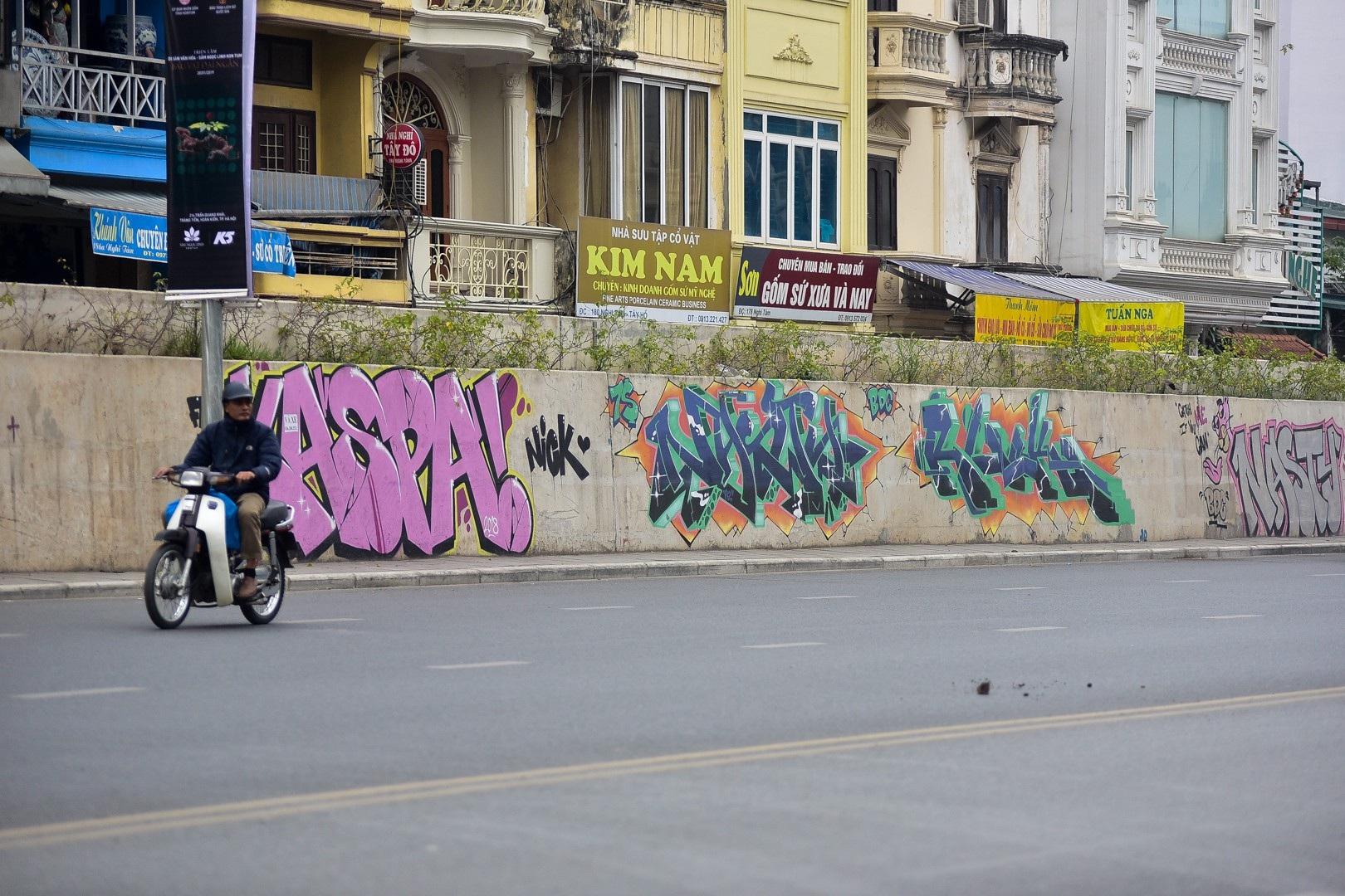 Vẽ graffiti kín tuyến đường tiền tỷ mới mở rộng ở Hà Nội - Ảnh 7.