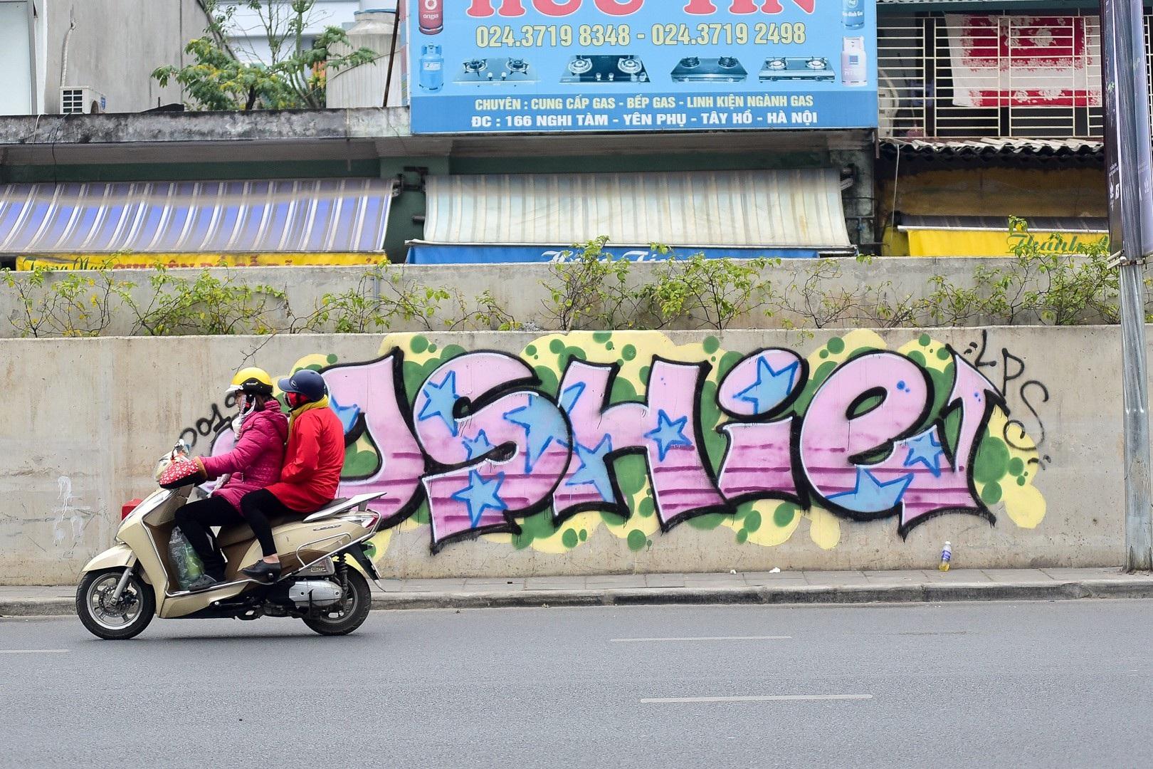 Vẽ graffiti kín tuyến đường tiền tỷ mới mở rộng ở Hà Nội - Ảnh 6.